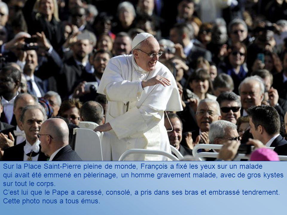 Sur la Place Saint-Pierre pleine de monde, François a fixé les yeux sur un malade qui avait été emmené en pèlerinage, un homme gravement malade, avec de gros kystes sur tout le corps.