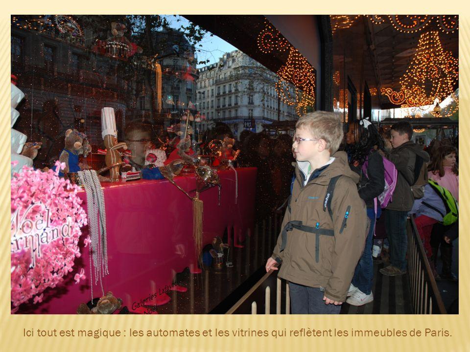 Ici tout est magique : les automates et les vitrines qui reflètent les immeubles de Paris.