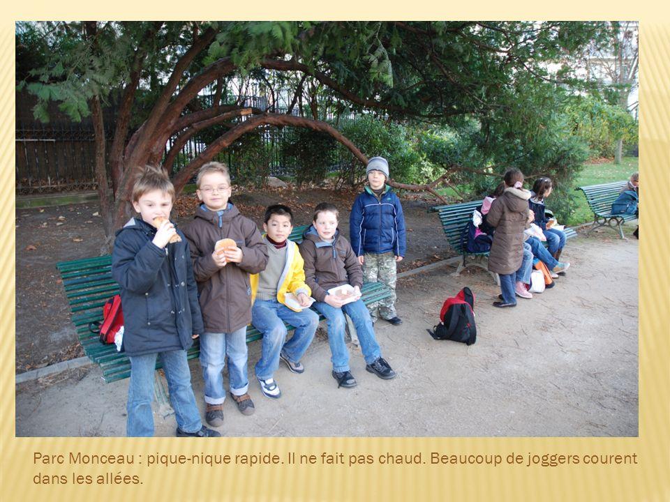 Leçon dHistoire : Larc de triomphe de lEtoile est situé en haut des Champs-Elysées.