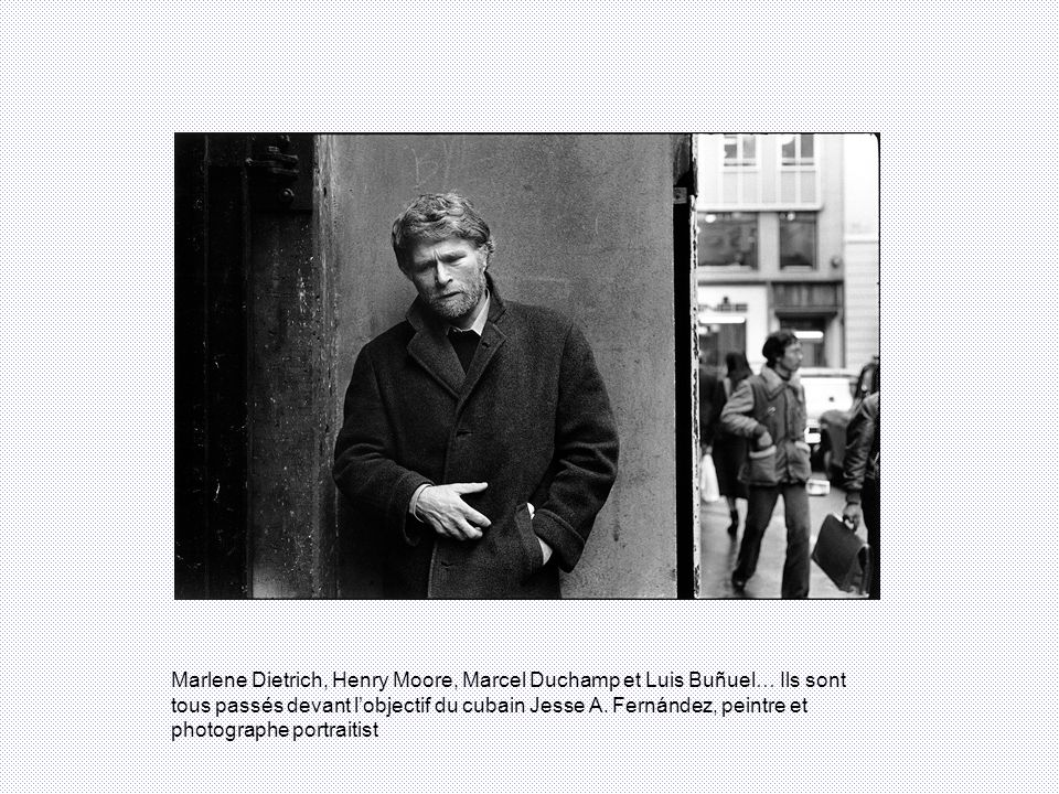 Le titre de lexposition « Small is beautiful », à la Galerie Françoise Paviot, est une référence directe à lun des trois thèmes de la 17ème édition du Mois de la photo : le petit format.