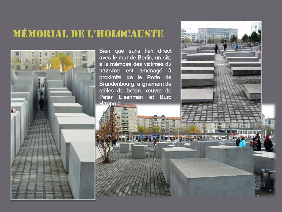 Mémorial de lholocauste Bien que sans lien direct avec le mur de Berlin, un site à la mémoire des victimes du nazisme est aménagé à proximité de la Porte de Brandenbourg, alignement de stèles de béton, œuvre de Peter Eisenman et Buro Happold.