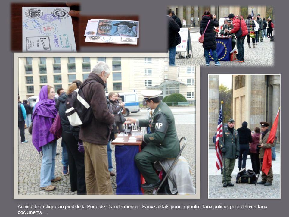 Activité touristique au pied de la Porte de Brandenbourg – Faux soldats pour la photo ; faux policier pour délivrer faux- documents …