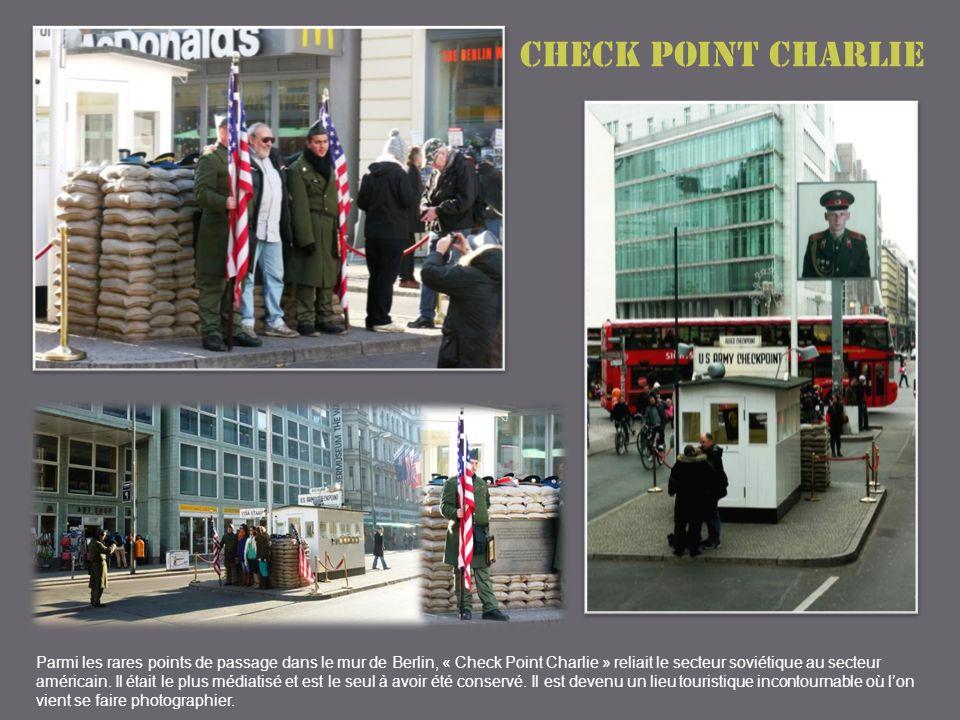 Check point Charlie Parmi les rares points de passage dans le mur de Berlin, « Check Point Charlie » reliait le secteur soviétique au secteur américain.