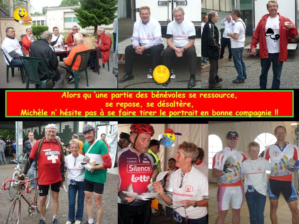 Alors qu une partie des bénévoles se ressource, se repose, se désaltère, Michèle n hésite pas à se faire tirer le portrait en bonne compagnie !!