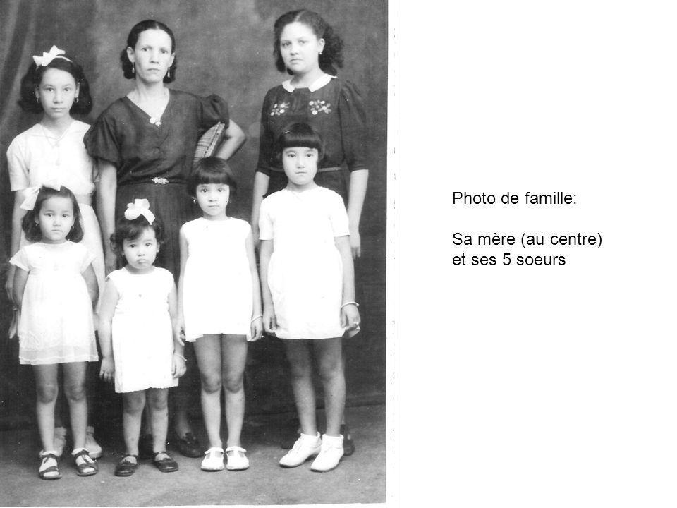 Photo de famille: Sa mère (au centre) et ses 5 soeurs
