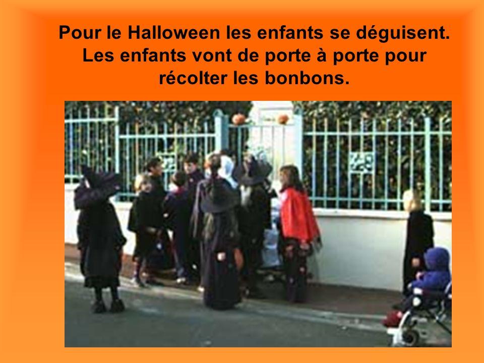 Pour le Halloween les enfants se déguisent. Les enfants vont de porte à porte pour récolter les bonbons.