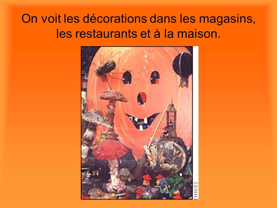 On voit les décorations dans les magasins, les restaurants et à la maison.