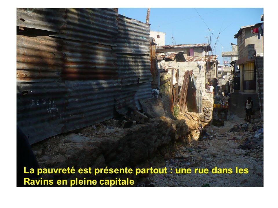 La pauvreté est présente partout : une rue dans les Ravins en pleine capitale