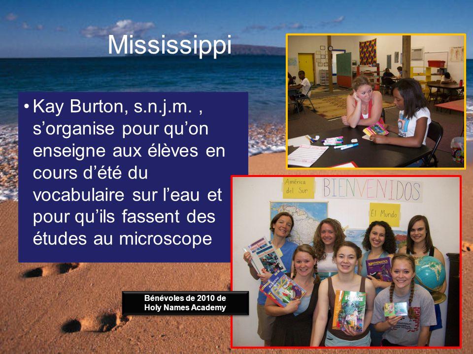Mississippi Kay Burton, s.n.j.m., sorganise pour quon enseigne aux élèves en cours dété du vocabulaire sur leau et pour quils fassent des études au microscope Bénévoles de 2010 de Holy Names Academy Bénévoles de 2010 de Holy Names Academy