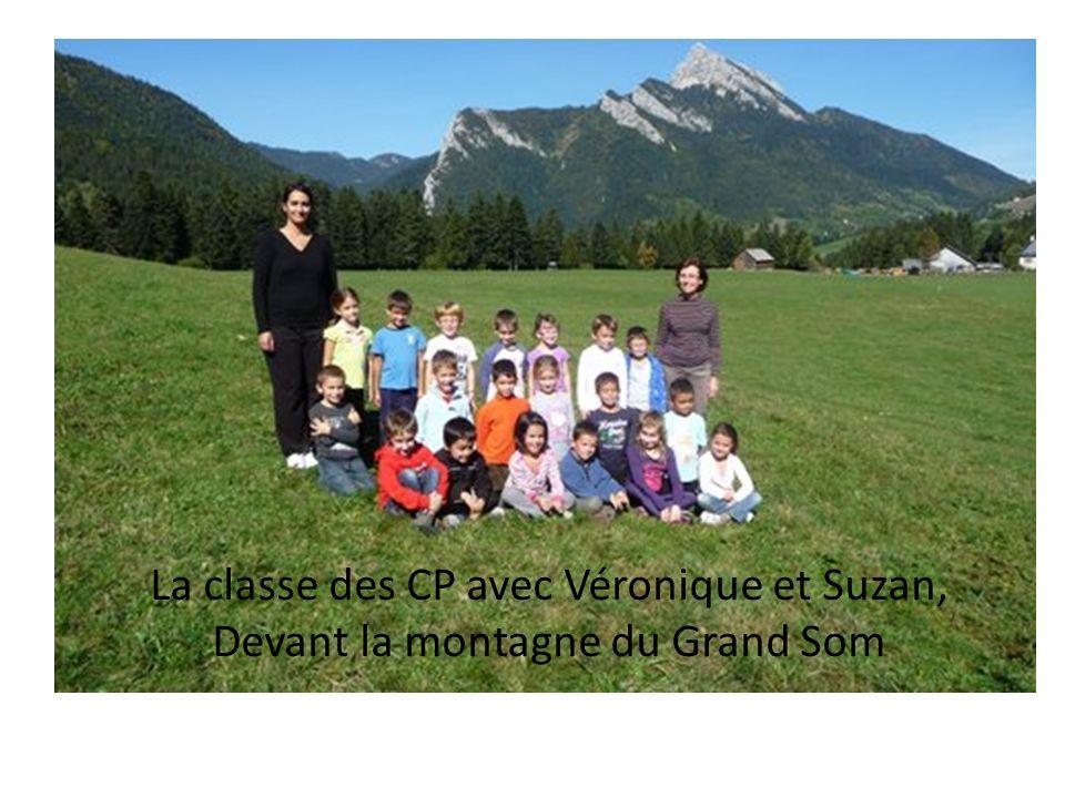La classe des CP avec Véronique et Suzan, Devant la montagne du Grand Som