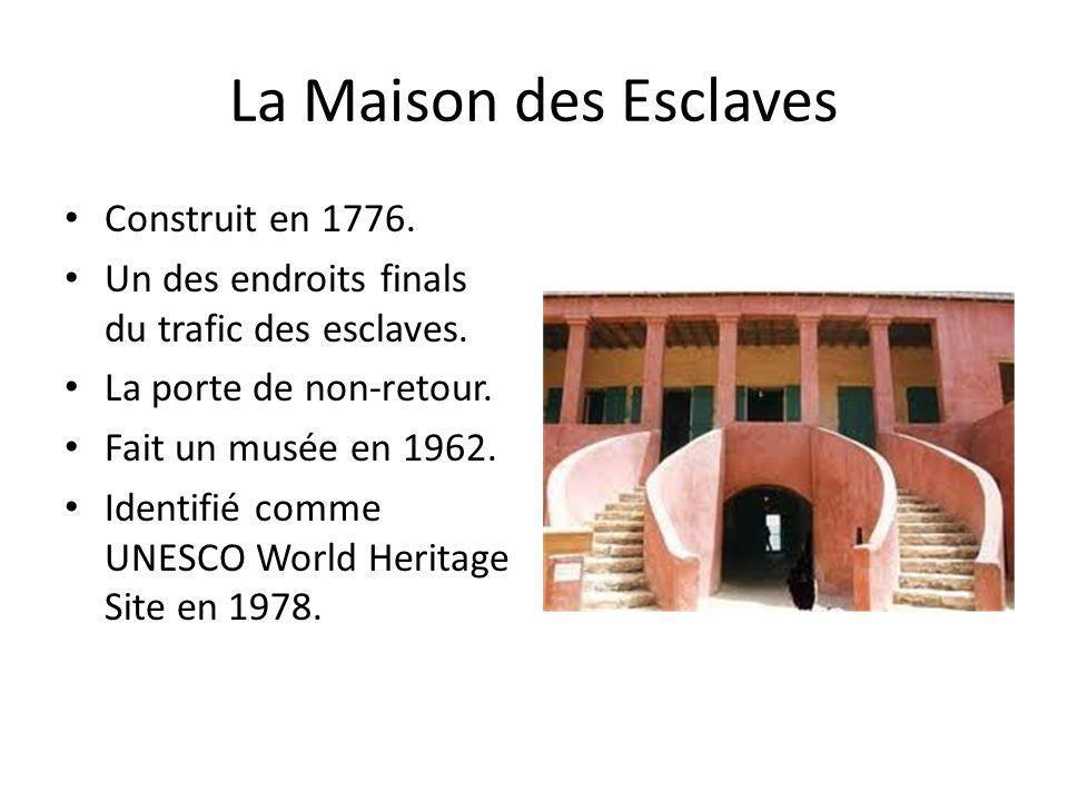 La Maison des Esclaves Construit en 1776. Un des endroits finals du trafic des esclaves. La porte de non-retour. Fait un musée en 1962. Identifié comm