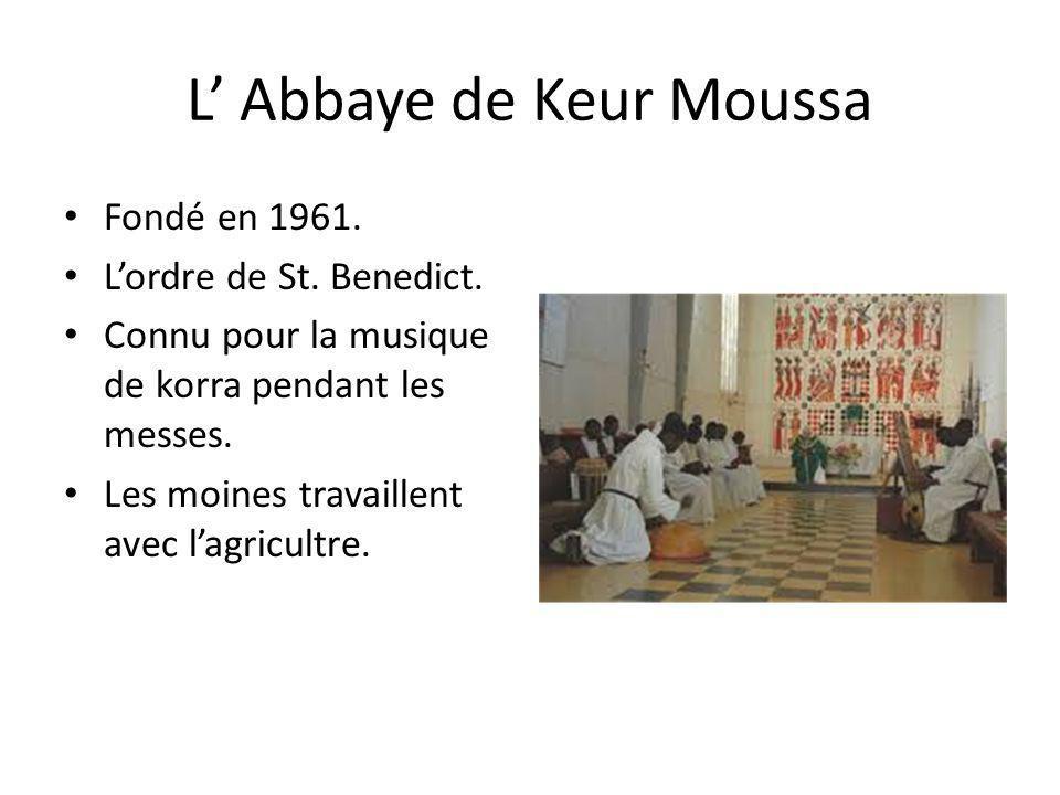 L Abbaye de Keur Moussa Fondé en 1961. Lordre de St. Benedict. Connu pour la musique de korra pendant les messes. Les moines travaillent avec lagricul