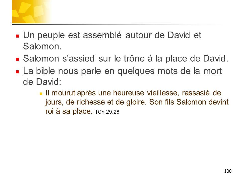 Un peuple est assemblé autour de David et Salomon. Salomon sassied sur le trône à la place de David. La bible nous parle en quelques mots de la mort d