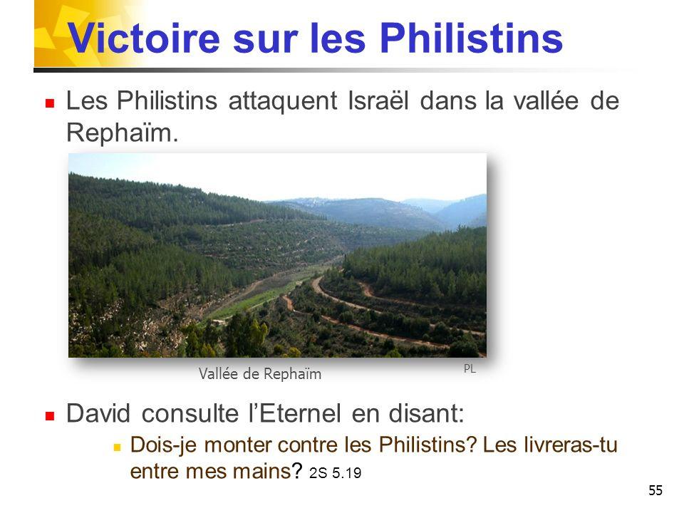 Victoire sur les Philistins Les Philistins attaquent Israël dans la vallée de Rephaïm. David consulte lEternel en disant: Dois-je monter contre les Ph