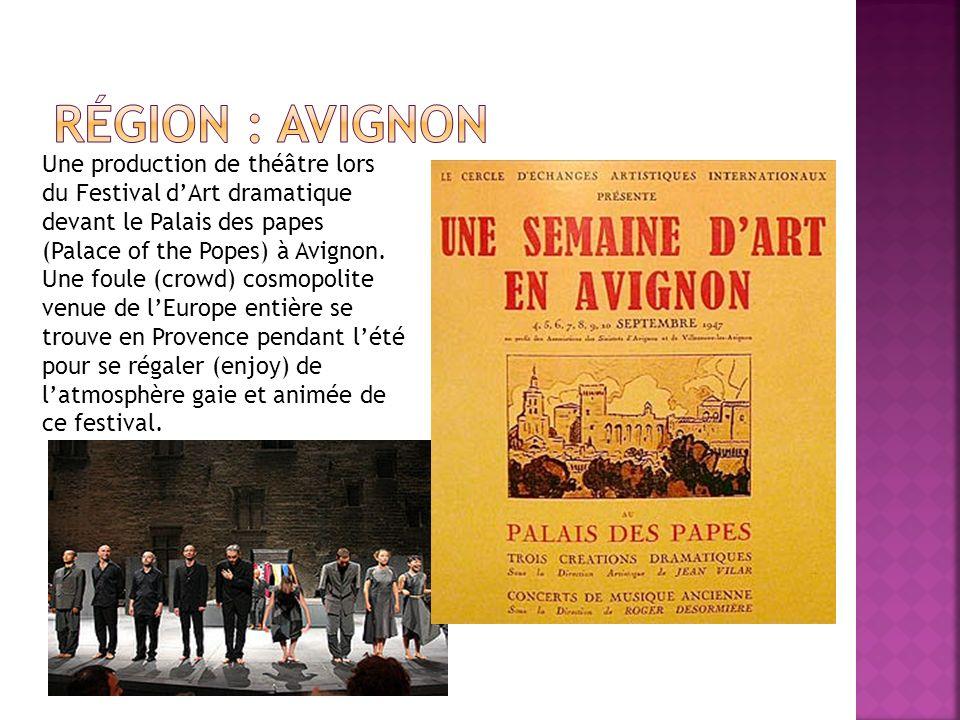 Une production de théâtre lors du Festival dArt dramatique devant le Palais des papes (Palace of the Popes) à Avignon. Une foule (crowd) cosmopolite v
