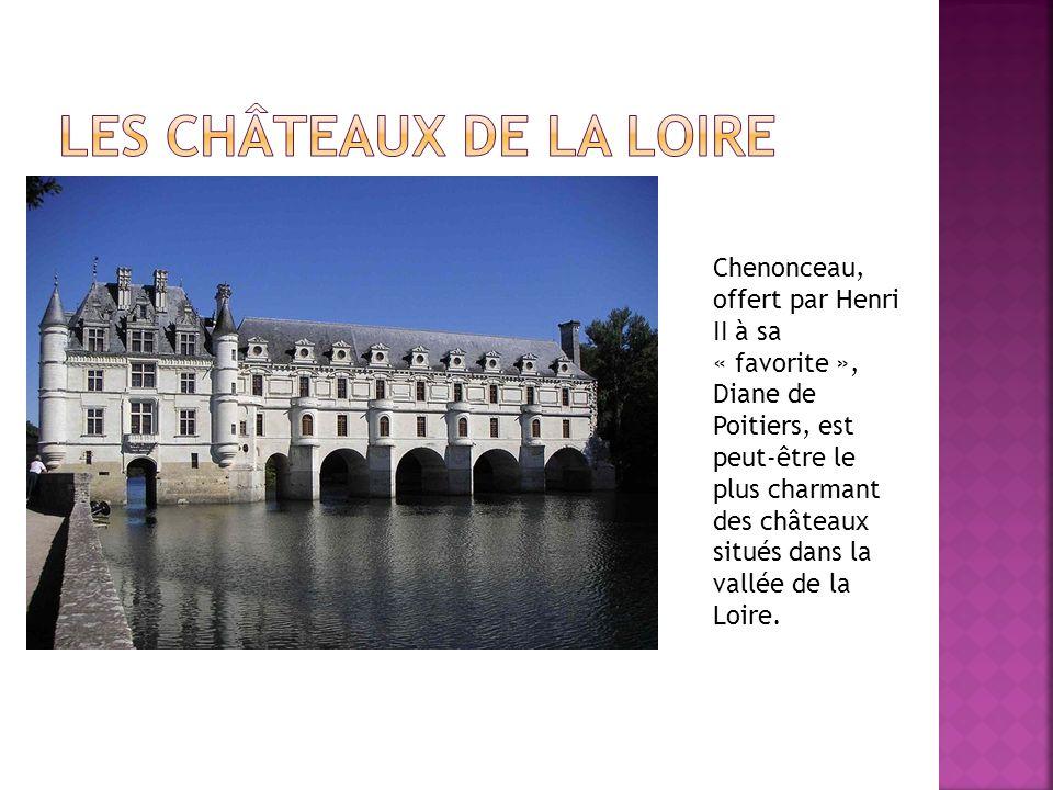 Chenonceau, offert par Henri II à sa « favorite », Diane de Poitiers, est peut-être le plus charmant des châteaux situés dans la vallée de la Loire.