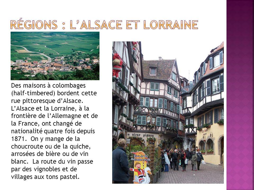 Des maisons à colombages (half-timbered) bordent cette rue pittoresque dAlsace. LAlsace et la Lorraine, à la frontière de lAllemagne et de la France,