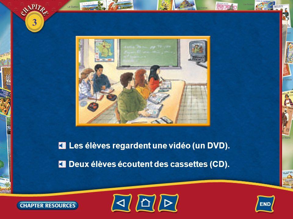 3 Les élèves regardent une vidéo (un DVD). Deux élèves écoutent des cassettes (CD).