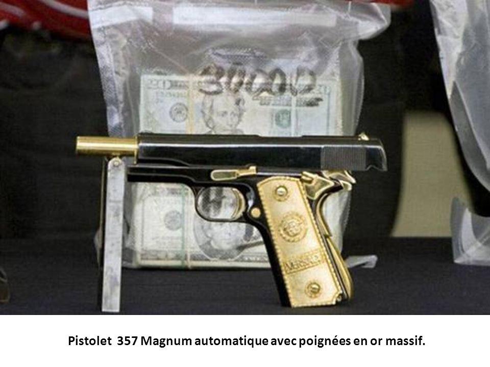 Pistolet 357 Magnum automatique avec poignées en or massif.
