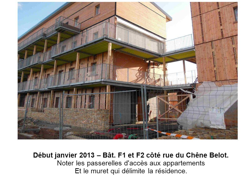 Début janvier 2013 – Bât. F1 et F2 côté rue du Chêne Belot. Noter les passerelles d'accès aux appartements Et le muret qui délimite la résidence.