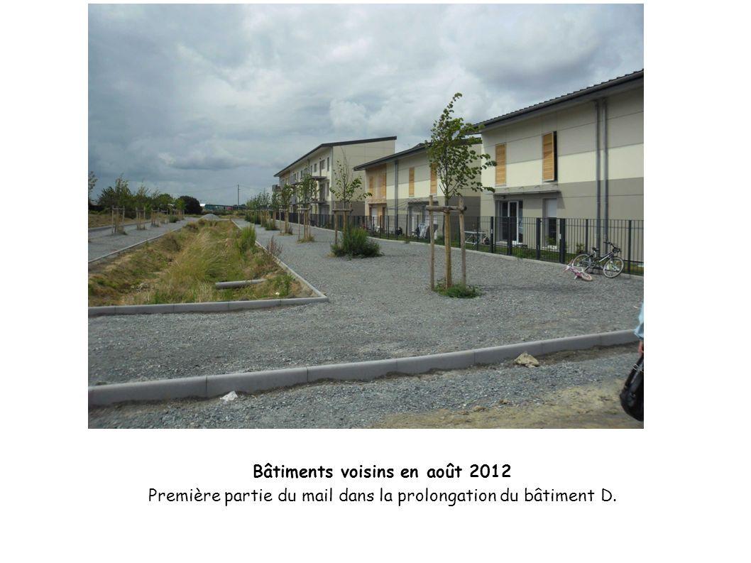 Bâtiments voisins en août 2012 Première partie du mail dans la prolongation du bâtiment D.