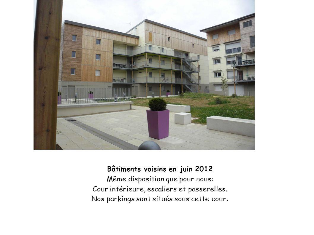 Bâtiments voisins en juin 2012 Même disposition que pour nous: Cour intérieure, escaliers et passerelles. Nos parkings sont situés sous cette cour.
