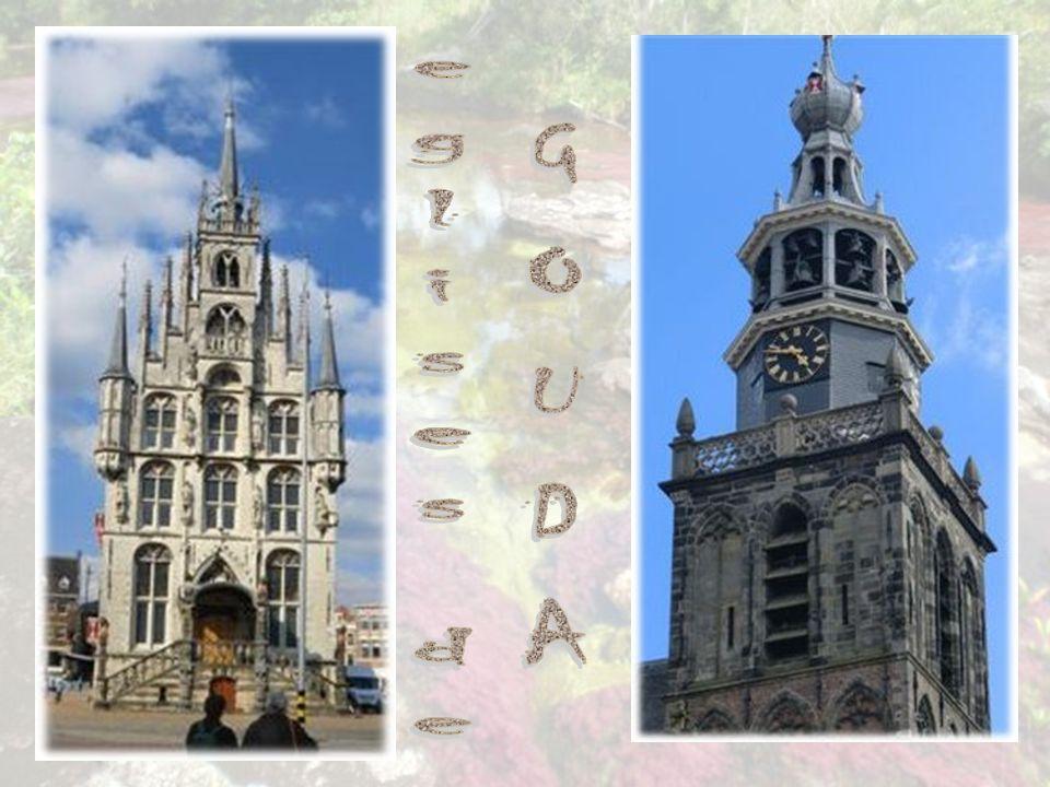 Église St-Jean Les magnifiques vitraux (16 e s.-17 e s.) de l église St-Jean font sa renommée.