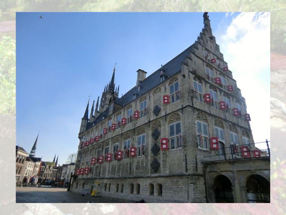 Hôtel de ville de Gouda L hôtel de ville, érigé entre 1448 et 1450, l un des plus anciens hôtels de ville des Pays-Bas Cet édifice gothique du milieu du 15 e s., restauré aux 19 e et 20 e s., présente vers le Sud une façade en grès très décorée flanquée de tourelles et surmontée d un pignon à balcon.