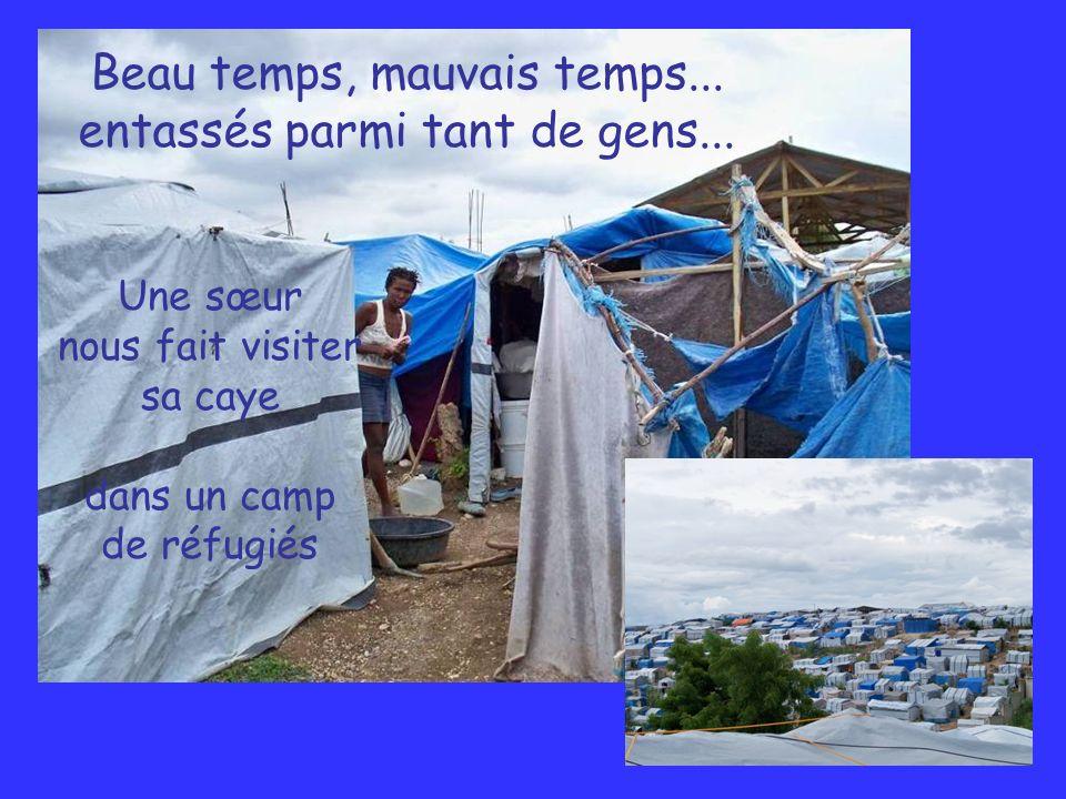 Beau temps, mauvais temps... entassés parmi tant de gens... Une sœur nous fait visiter sa caye dans un camp de réfugiés