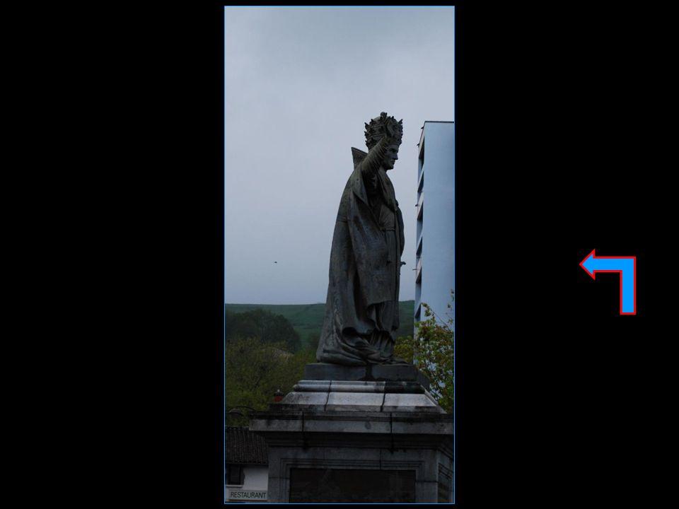 La statue de Sylvestre II de profil bizarre, comme cest bizarre… dirait Louis Jouvet