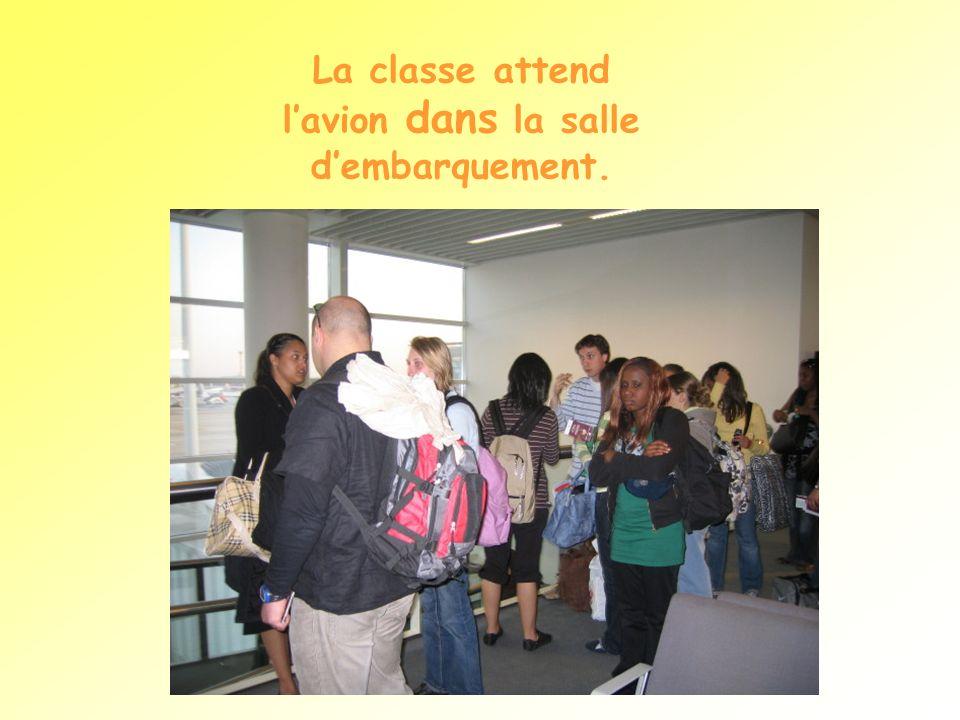 La classe attend lavion dans la salle dembarquement.