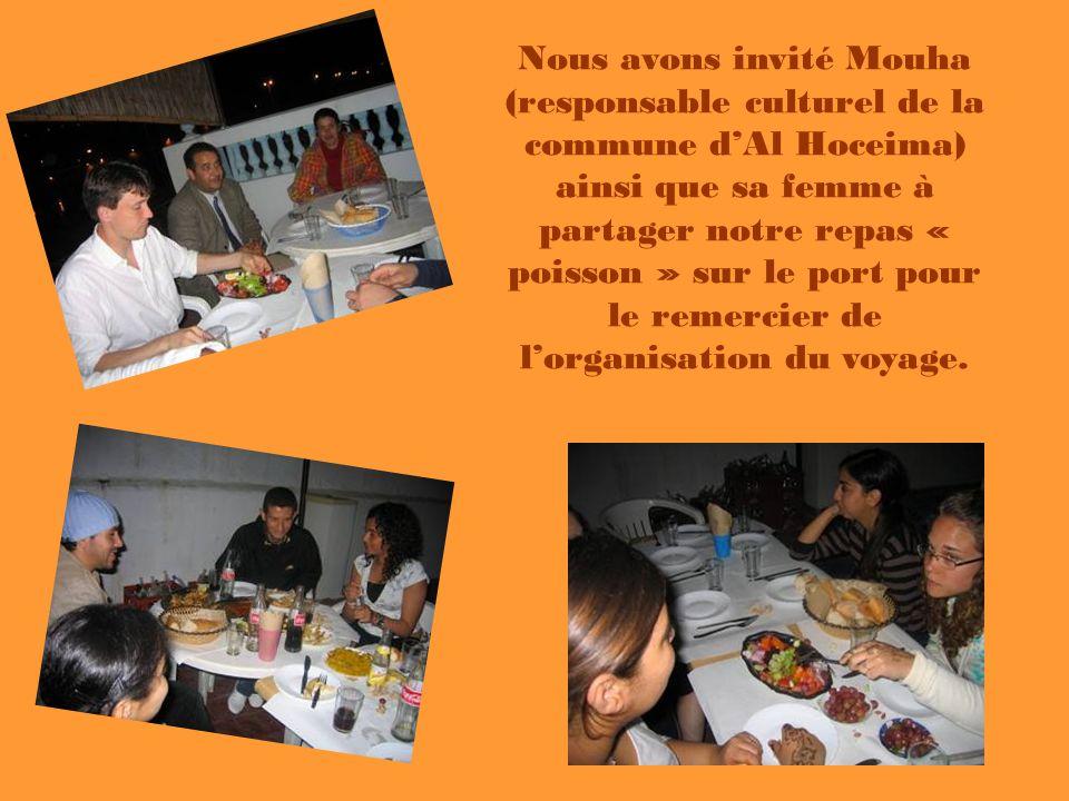 Nous avons invité Mouha (responsable culturel de la commune dAl Hoceima) ainsi que sa femme à partager notre repas « poisson » sur le port pour le rem