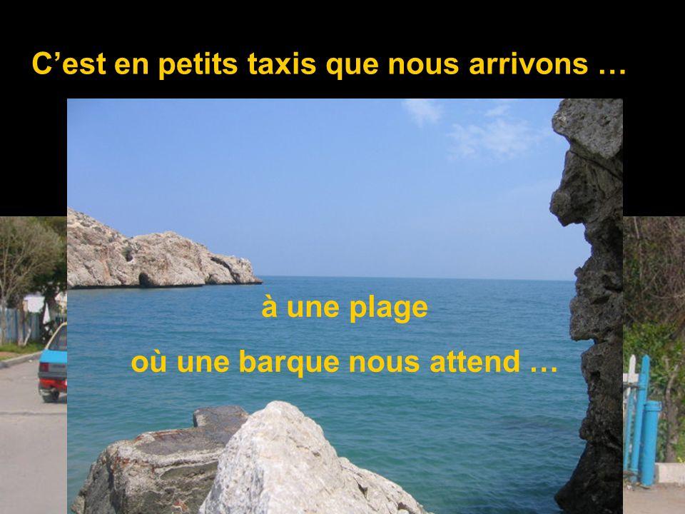Cest en petits taxis que nous arrivons … à une plage où une barque nous attend …