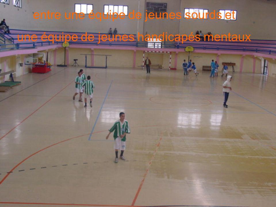 Que diriez-vous dun ptit match de foot ?entre une équipe de jeunes sourds et une équipe de jeunes handicapés mentaux