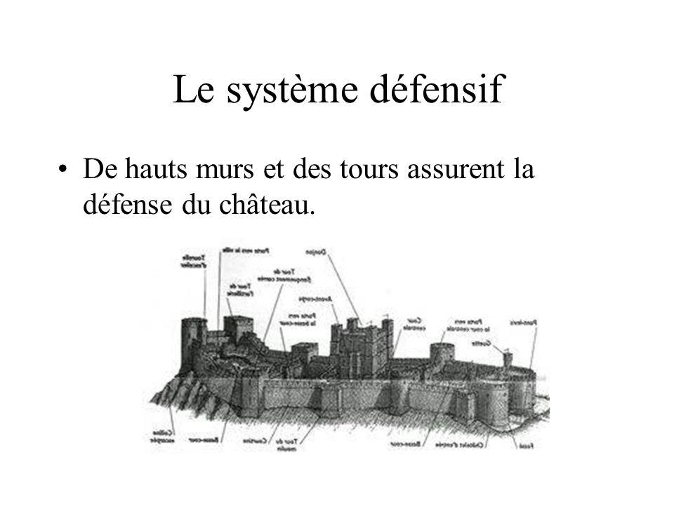 Le système défensif De hauts murs et des tours assurent la défense du château.