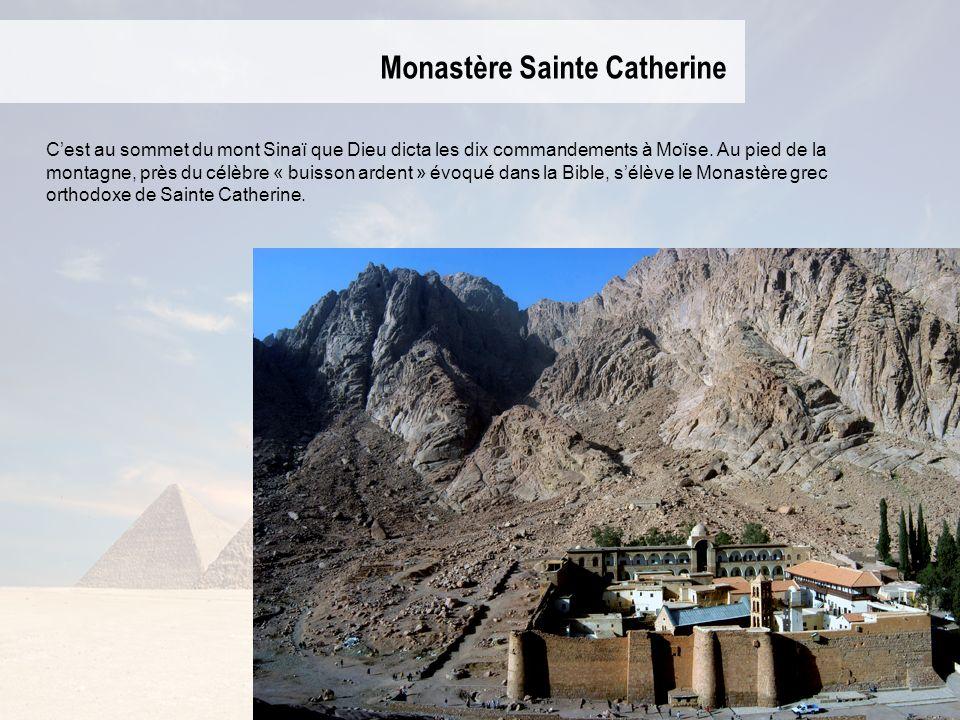 Monastère Sainte Catherine Cest au sommet du mont Sinaï que Dieu dicta les dix commandements à Moïse. Au pied de la montagne, près du célèbre « buisso
