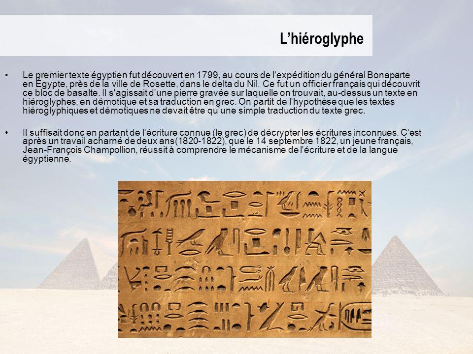 Lhiéroglyphe Le premier texte égyptien fut découvert en 1799, au cours de l expédition du général Bonaparte en Égypte, près de la ville de Rosette, dans le delta du Nil.
