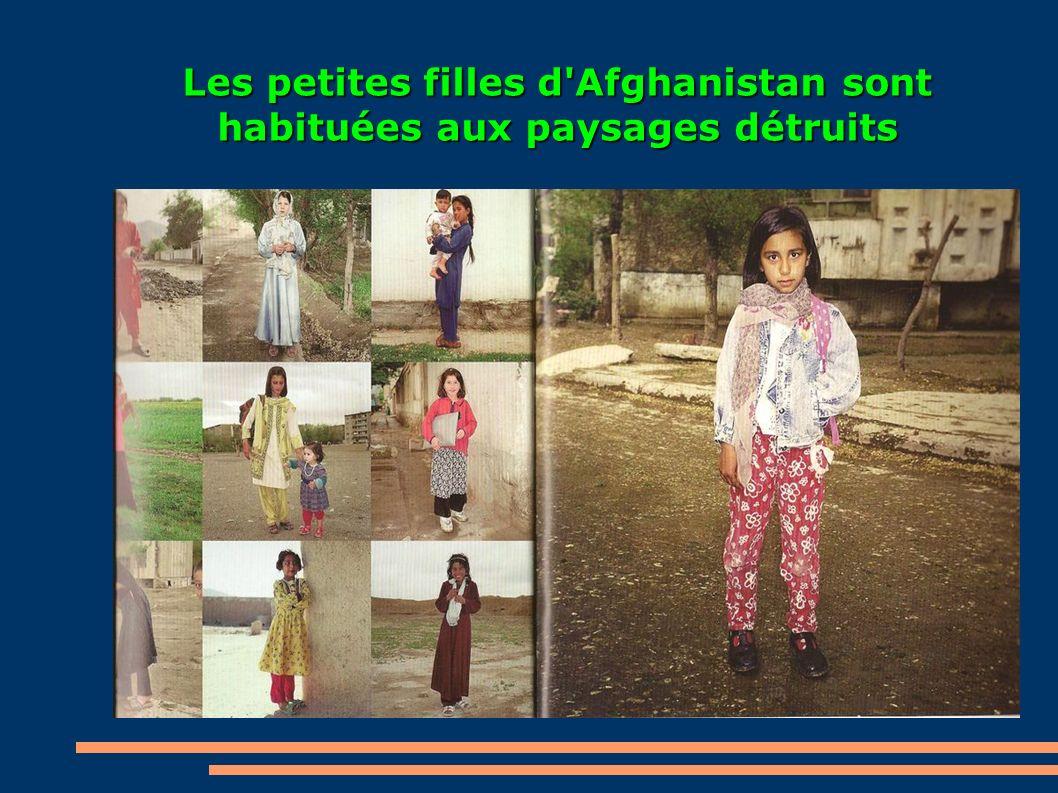 Les petites filles d'Afghanistan sont habituées aux paysages détruits