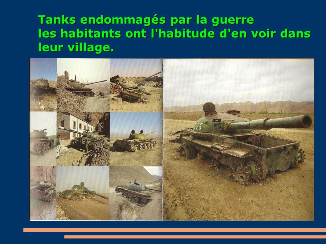 Tanks endommagés par la guerre les habitants ont l'habitude d'en voir dans leur village.