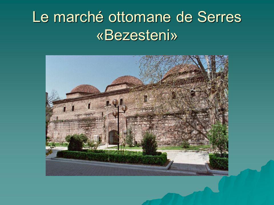 Le marché de Serres Bezesteni remonte à la fin du 15ème siècle, Il est situé au point le plus central de la Place de la Liberté de la ville et il y est hébergé le musée archéologique.