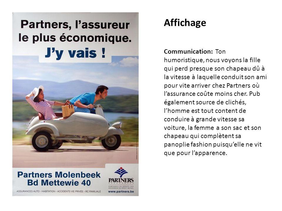 Affichage Communication: Ton humoristique, nous voyons la fille qui perd presque son chapeau dû à la vitesse à laquelle conduit son ami pour vite arriver chez Partners où lassurance coûte moins cher.