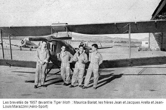 Les brevetés de 1957 devant le Tiger Moth : Maurice Bariat, les frères Jean et Jacques Arella et Jean- Louis Marazzini (Aéro-Sport)
