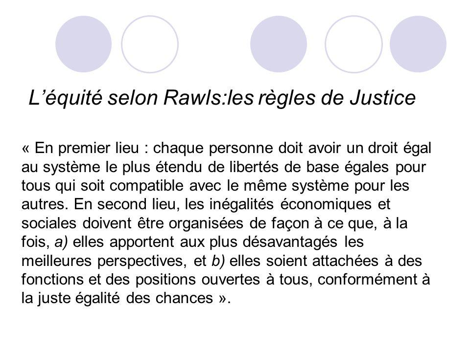 Léquité selon Rawls:les règles de Justice « En premier lieu : chaque personne doit avoir un droit égal au système le plus étendu de libertés de base é