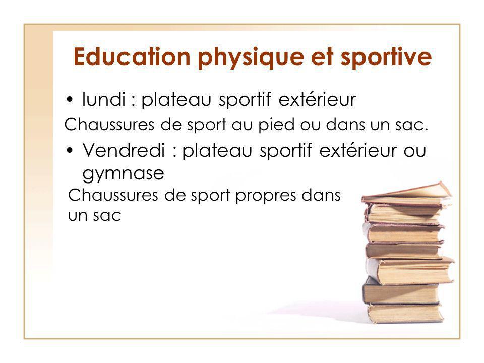 Education physique et sportive lundi : plateau sportif extérieur Chaussures de sport au pied ou dans un sac.
