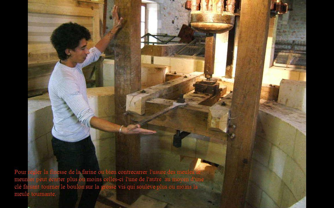 Pour régler la finesse de la farine ou bien contrecarrer l'usure des meules le meunier peut écarter plus ou moins celles-ci l'une de l'autre au moyen