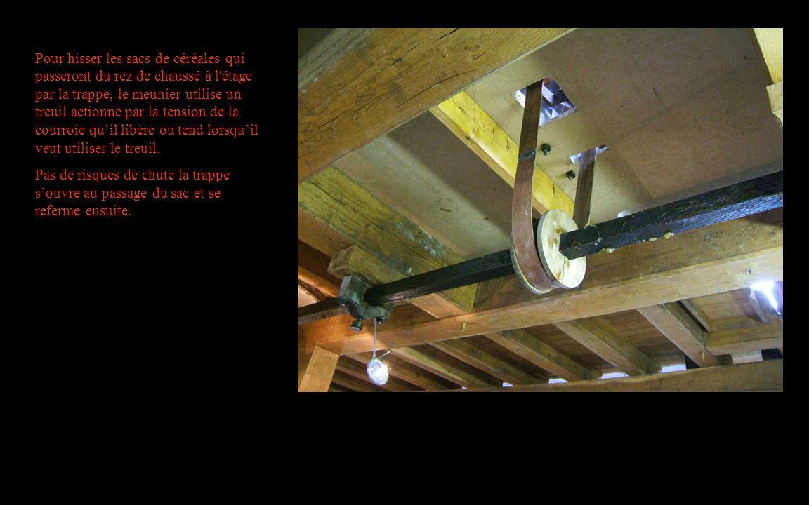 Pour hisser les sacs de céréales qui passeront du rez de chaussé à l'étage par la trappe, le meunier utilise un treuil actionné par la tension de la c