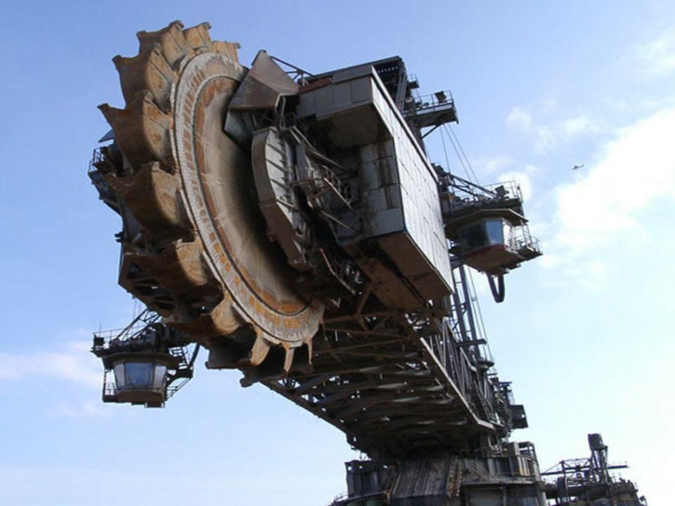 Specifications: ~ 95m de haut pour 215m de long ~ 45,500 tonnes ~ 100 millions $ ~ 5 ans détudes ~ 5 ans dassemblage ~ 5 opérateurs pour faire marcher le tout ~ La roue-pelleteuse a un diamètre de 21m avec 20 pelles ayant chacune une contenance de 15m³ ~ Un homme d1m82 peut se tenir debout dans une pelle ~ 12 chenilles pour bouger le tout (chacune fait 3.6m de large, 2.4m de haut et 14m de long) ~ Il y a 8 chenilles devant et 4 derrière.