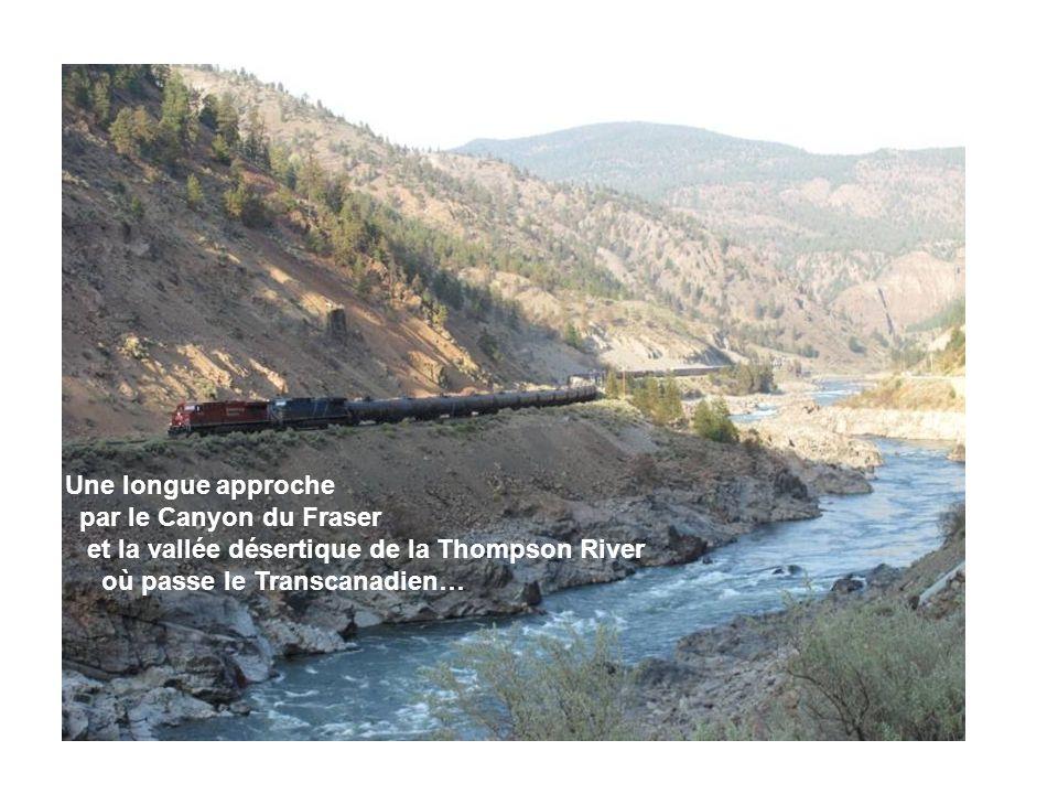Une longue approche par le Canyon du Fraser et la vallée désertique de la Thompson River où passe le Transcanadien…