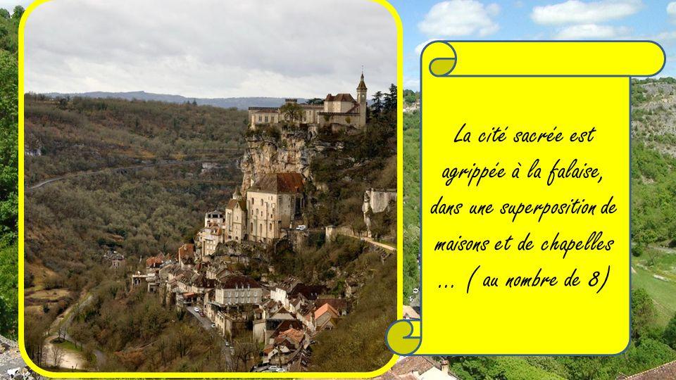 La cité sacrée est agrippée à la falaise, dans une superposition de maisons et de chapelles … ( au nombre de 8)