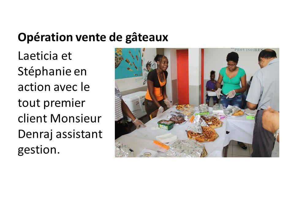 Opération vente de gâteaux Laeticia et Stéphanie en action avec le tout premier client Monsieur Denraj assistant gestion.